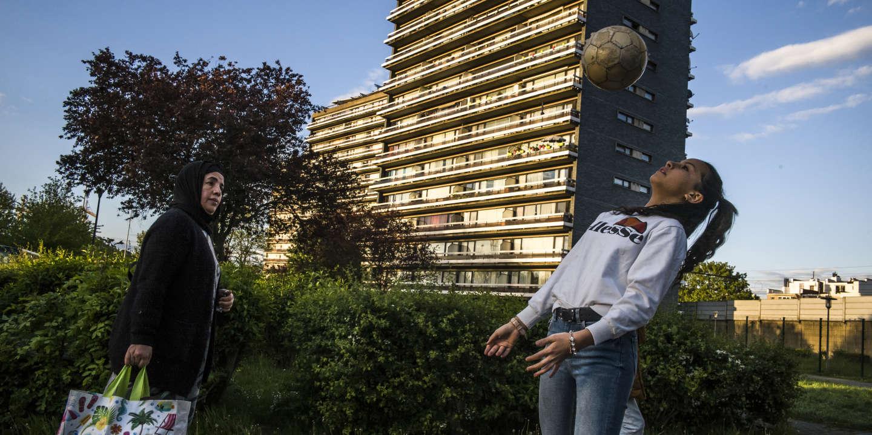 20190426 Belgique, Bruxelles, commune de Molenbeek .Inass a commencé le foot à l'âge de 10 ans. 4 ans plus tard, elle est toujours aussi passionnée. Avant ou après ses 3 entrainements hebdomadaires, Inass aime jouer au pied des immeubles de Molenbeek : « Ici, c'est très ouvert, les gens sont vraiment soudés. Et il y a toujours quelqu'un pour venir jouer avec nous ». PHOTO: JOHANNA DE TESSIERES/ COLLECTIF HUMA