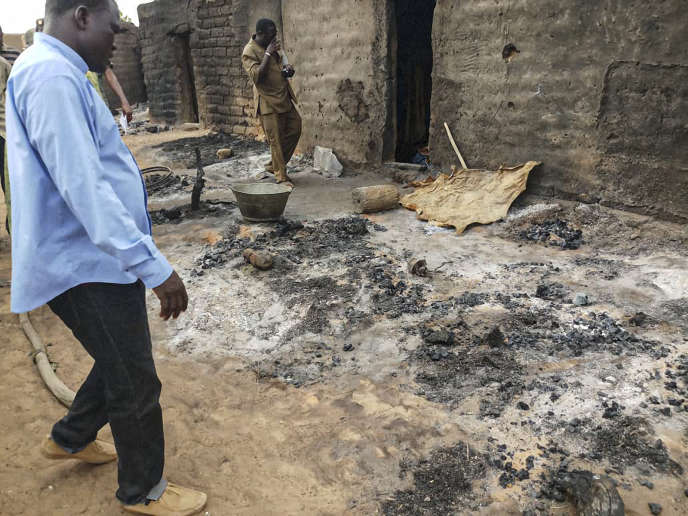 Des cases brûlées à Sobame Da, dans la région de Mopti, le 11 juin.