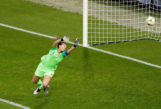 La gardienne Christiane Endler face à la Suède, mardi 11 juin, au Roazhon Park de Rennes.