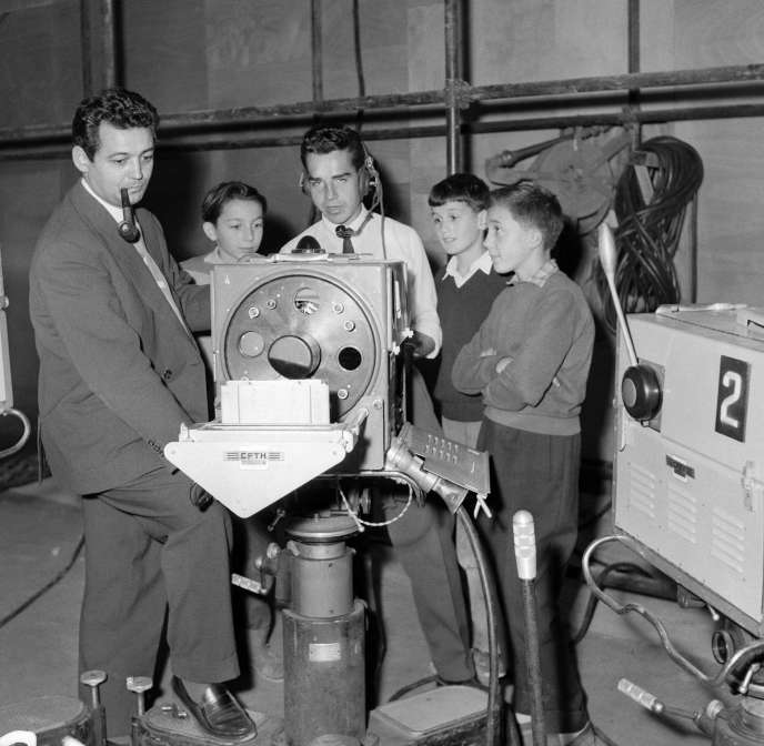 Pierre Sabbagh (à gauche) au Salon de la radio et de la télévision, à Paris, le 11 septembre 1957.