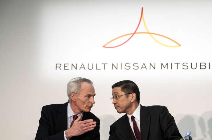 Le président de Renault, Jean-Dominique Senard, et le PDG de Nissan, Hiroto Saikawa, à Yokohama (Japon), le 12 mars.