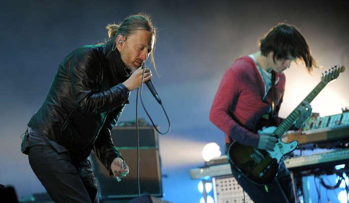 Thom Yorke (à gauche) et Jonny Greenwood lors d'un concert de Radiohead en2012 au festival de Coachella.