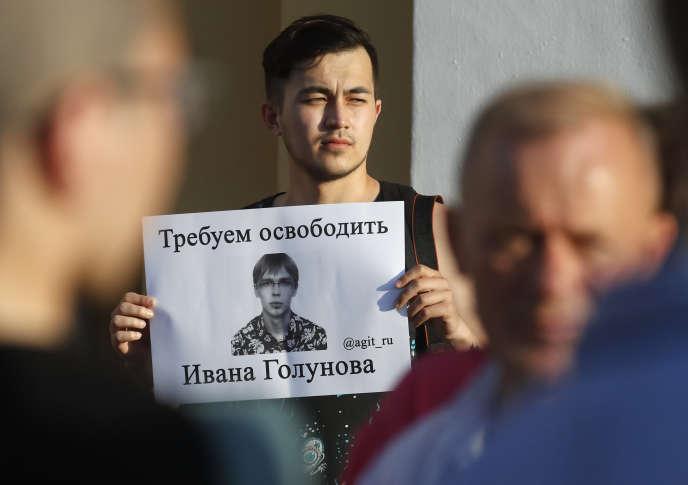 Un partisan d'Ivan Golunov, un journaliste qui a travaillé pour le site indépendant Meduza, tient une affiche intitulée «Nous demandons la libération d'Ivan Golunov», à Saint-Pétersbourg, Russie, le samedi 8 juin 2019.