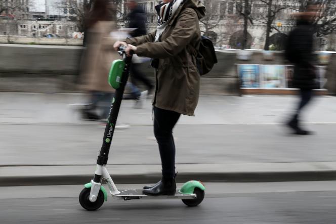 Utilisatrice d'une trottinette électrique, le 3 mars.