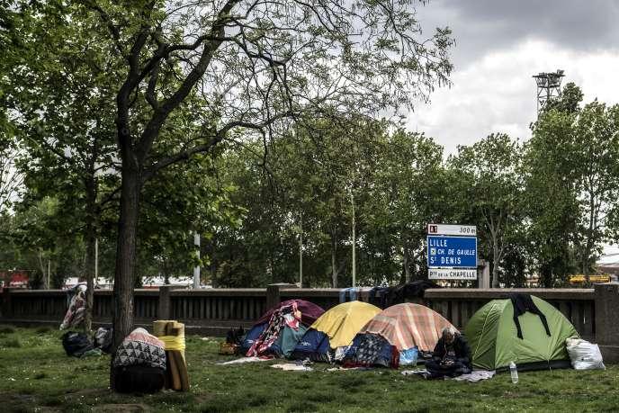 Campement de fortune de réfugiés près de la porte d'Aubervilliers, à Paris, le 10 mai.