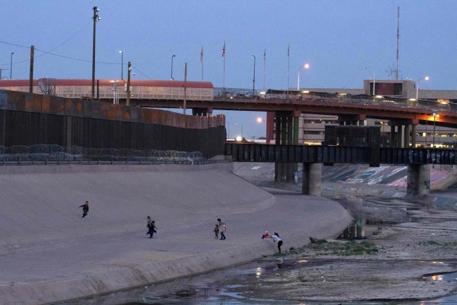 Des migrants traversent le Rio Grande entre Ciudad Juarez (Mexique) et El Paso (Etats-Unis), le 29 avril.