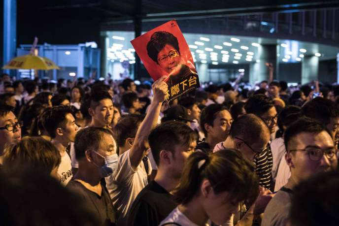 Un manifestant brandit une affiche dénonçant la chef de l'exécutif hongkongais, Carrie Lam, le 9 juin.