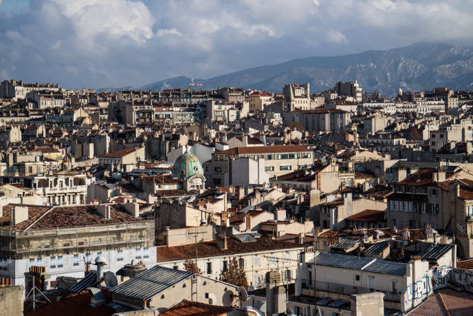 « Le système de la sectorisation pousse les candidats à, non pas attaquer d'emblée les problèmes les plus aigus à l'échelle de la ville, mais à traiter ceux qui semblent prioritaires aux yeux des électeurs dans les secteurs où ils ont une chance de l'emporter». Photo : Marseille,vue de la vieille ville.