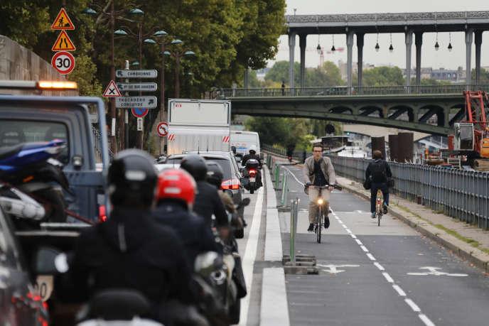 Les salariés qui se rendent au travail à vélo pourraient bénéficier d'une prime.
