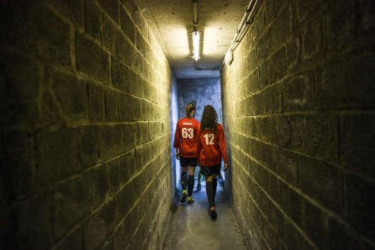 Yousra et Tiffany sortent des vestiaires pour disputer un match lors d'un tournoi organisé par le RWDM Girls.