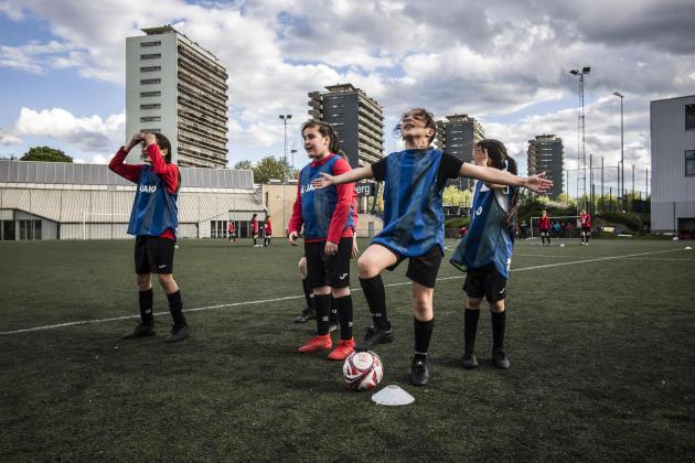 Entraînement des U12 (moins de 12ans) au stade du Sippelberg. Tous les mardis et vendredis soir, une centaine de filles –de U9 à U16– se partagent le terrain.