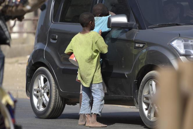 Deux enfants talibés mendient dans une rue de Dakar, en avril 2016.