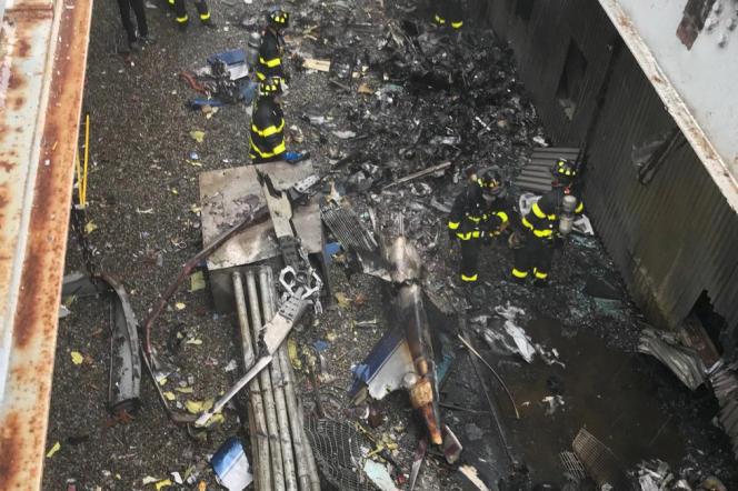 Une photo diffusée par les pompiers de New York montre les débris del'hélicoptère qui s'est écrasé sur le toit d'un immeuble de Manhattan, le 10 juin.