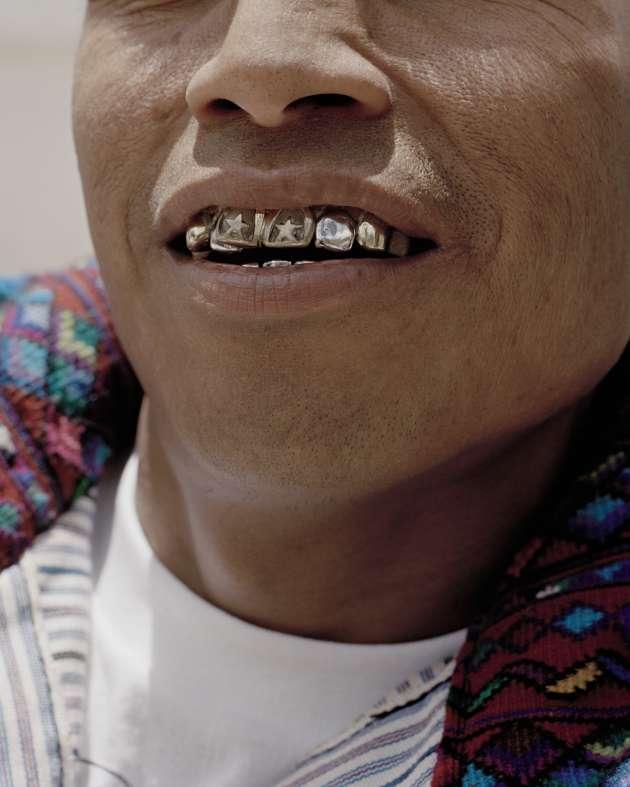 Todos Santos Cuchumatán, Huehuetenango. Les Mayas utilisaient des ornements dans leur bouche plus de mille ans avant l'arrivée des Espagnols. Ce n'est qu'au XXe siècle que les dents parées d'or sont devenues un symbole de puissance dans les hautes terres du Guatemala.