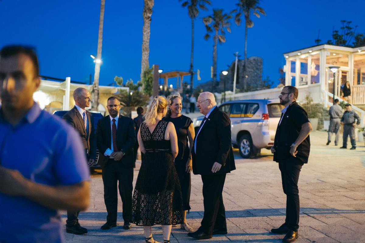 Ariane de Rothschild (au centre) accueille à Césarée le président d'Israël, Reuven Rivlin (au centre, à droite), pour célébrer la restauration de voûtes romaines datant du roi Hérode, le 29 mai.