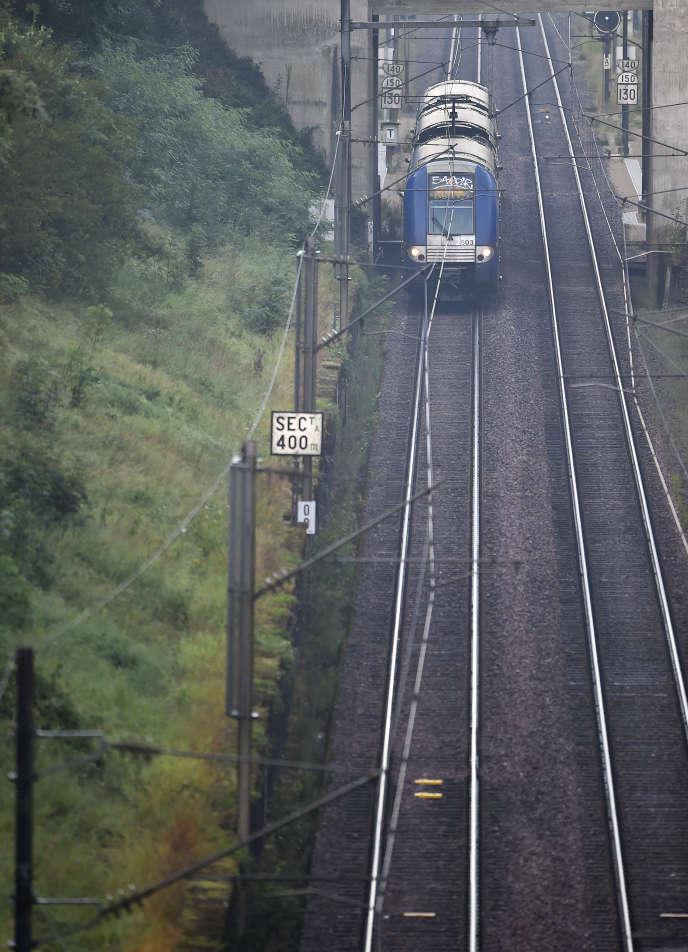 Un train régional français arrive près de Dudelange au Luxembourg, le 2 août 2018.