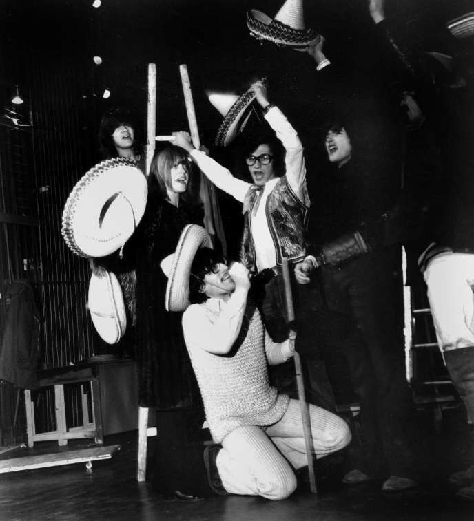Une partie de la troupe du Café de la Gare : Sotha, Catherine Mitry, Romain Bouteille, Jérôme Danaz, Jean-Michel Haas, à Paris, en 1971.