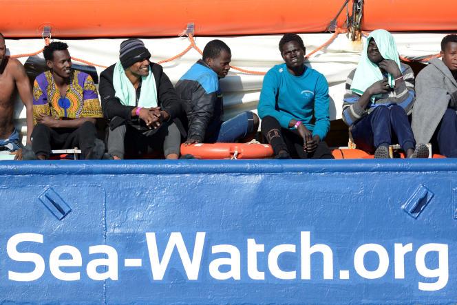 Des migrants se reposent à bord du «Sea Watch 3», au large des côtes italiennes, le 27janvier.