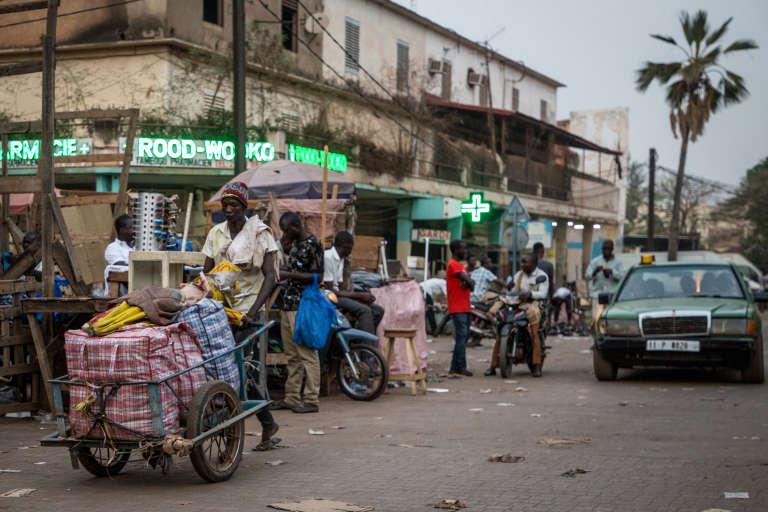 Vendeur de rue à Ouagadougou en mars 2019.