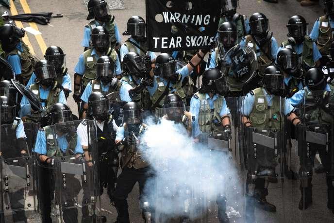 La police disperse des manifestants, mercredi 12 juin, à Hongkong.
