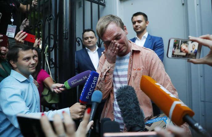 Le journaliste russe Ivan Golounov après sa libération, à Moscou, le 11 juin.