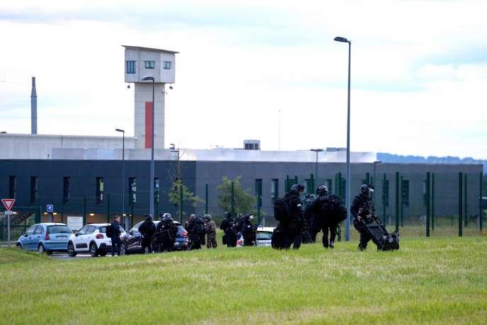 Le RAID (unité d'intervention de la police nationale) se rend au centre pénitentiaire ultra-sécurisé de Condé-sur-Sarthe (Orne), le 11 juin.