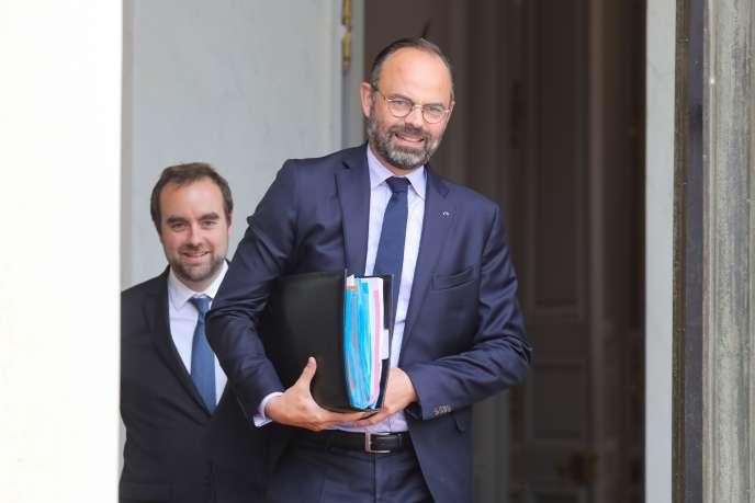 Sébastien Lecornu, ministre chargé des collectivités territoriales, et Edouard Philippe, premier ministre, à l'Elysée, le 12 juin.