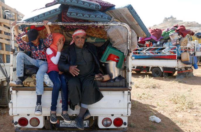 Des réfugiés syriens, de la ville d'Ersal, au Liban, le 28 juin 2018, s'apprêtent à repartir vers la Syrie. Ces retours, toutefois, restent rares. Près de 1 million de Syriens seraient réfugiés au Liban.