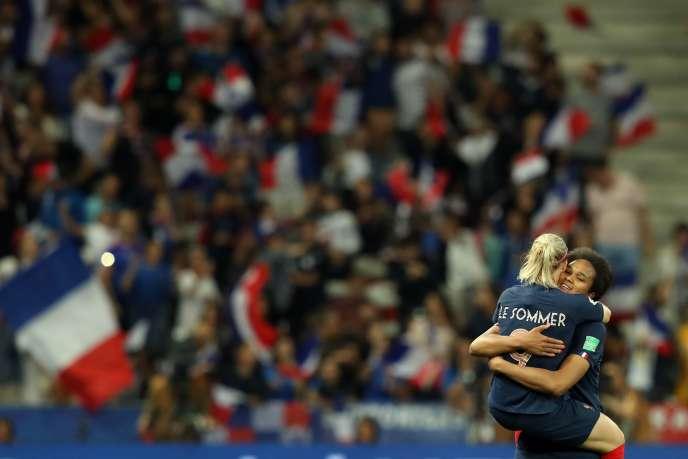 Eugénie Le Sommer célèbre son but contre la Norvège dans les bras de sa coéquipière Wendie Renard, à Nice, le 12 juin.
