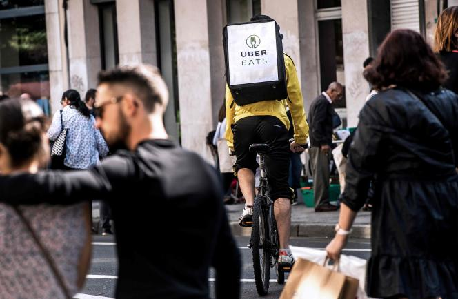 Un coursier Uber Eats à Lille, en septembre 2017.