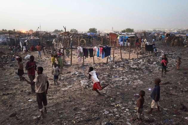 18 mai 2019. Des enfants jouent au football dans le camp de déplacés de Faladié, près de Bamako, où 800 Peuls se sont installés sur une décharge, après avoir fui les violences intercommunautaires du centre du Mali.