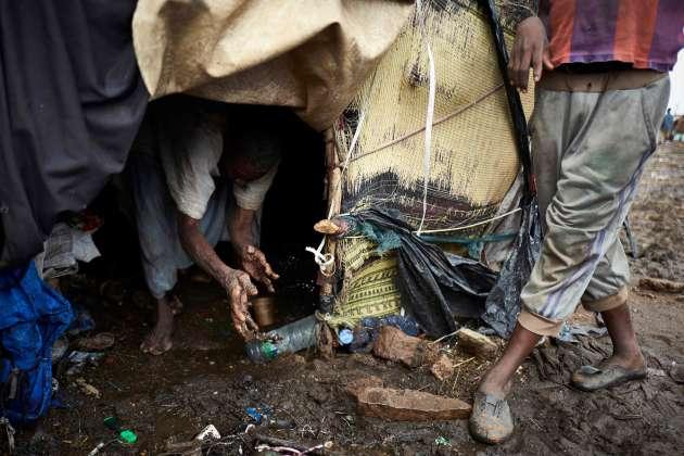 18 mai 2019. Un homme nettoie sa tente après une inondation dans le camp de déplacés de Faladié, prés de Bamako, où 800 Peuls se sont installés sur une décharge, après avoir fui les violences intercommunautaires du centre du Mali.