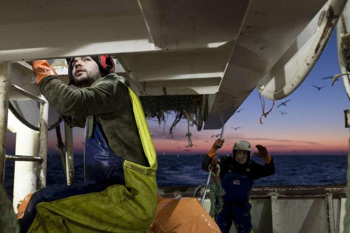 A bord d'un chalutier, dans la Manche.