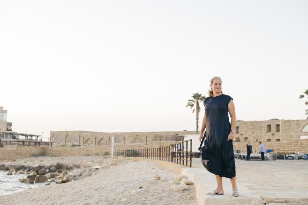 La baronne Ariane de Rothschild, devant le vieux port de Césarée, le 29 mai.
