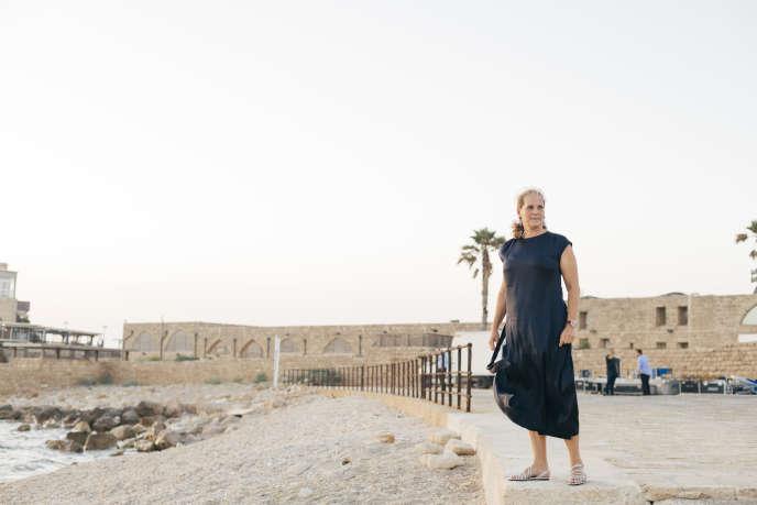 La baronne Ariane de Rothschild, devant le vieux port de Césarée (nord d'Israël), le 29 mai.