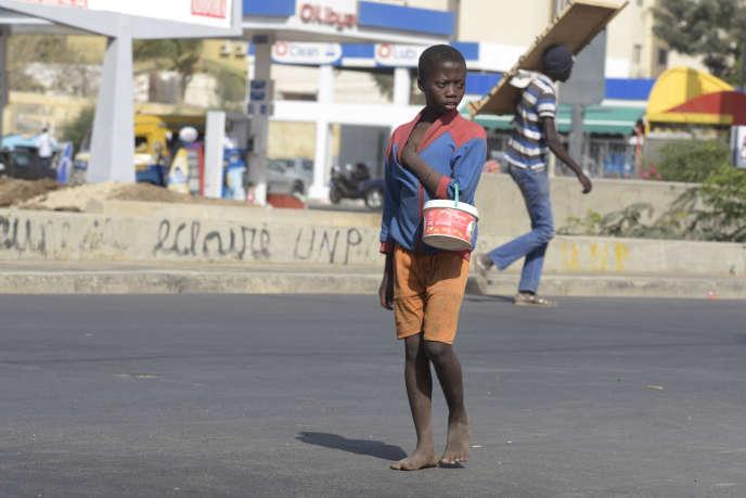 A Dakar, en avril 2016, un jeune enfant d'une école coranique (talibé) obligé de mendier pour rapporter un revenu à son marabout.