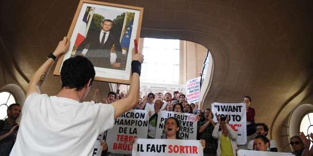 Amendes requises contre des «décrocheurs» de portraits d'Emmanuel Macron