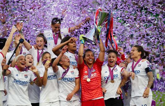 Les Lyonnaises doivent leurs titres de championnes d'Europe à la professionnalisation de leur équipe qui attire des talents allemands, norvégiens, anglais, japonais et néerlandais. Elles ont remporté leur sixième Ligue des champions le 18mai.
