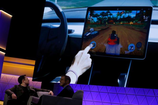 Elon Musk, dans une rencontre avec le concepteur de jeu Todd Howard, montre un jeu vidéo joué sur une Tesla Model 3.