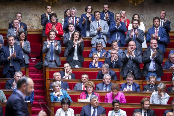 Edouard Philippe applaudi par des députés de La République en marche pendant son discours de politique générale à l'Assemblée, le 12 juin.