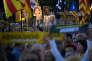 Des manifestants tiennent les portraits des douze indépendantistes catalans, le 12 juin à Barcelone, alors que les audiences de leur procès se terminent à Madrid.