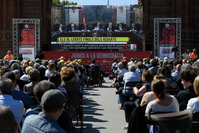 La retransmission, sur grand écran, de la fin du procès des indépendantistes catalans, à Barcelone le 12 juin.