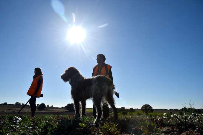 Des chasseurs et leur chien, à Melleray, dans le Sarthe, en septembre 2018.