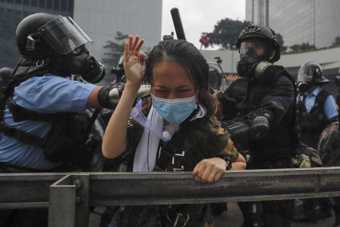 Lors d'une manifestation, à Hongkong, devant le Parlement (LegCo), mercredi 12 juin.