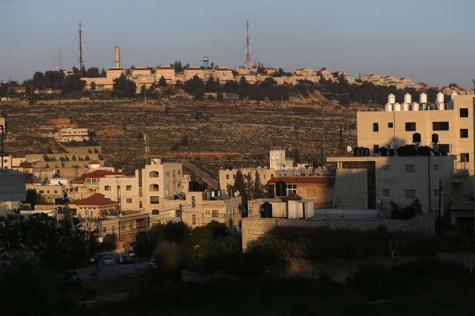 La ville palestinienne d'Al-Bireh avec, àl'arrière-plan, la colonie de Psagot, dans la périphérie est de Ramallah, en Cisjordanie, en avril 2017.