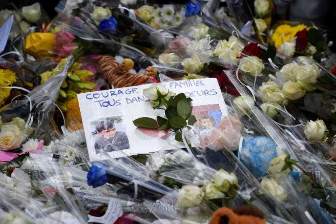 Des fleurs et des photos ont été déposées en hommage à l'enfant tué, le 11juin àLorient sur les lieux de l'accident.