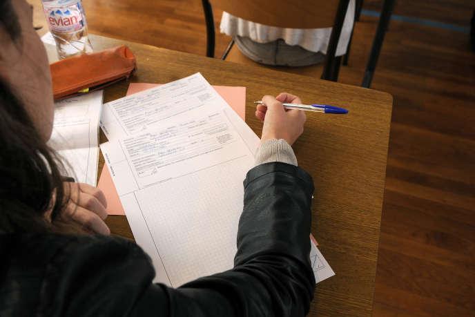 Une bachelière à l'épreuve au lycée Clémenceau, à Nantes.
