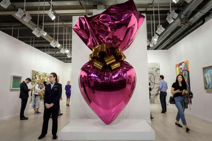 Le gros cœur de Jeff Koons, l'artiste vivant le plus cher du monde, trônant à l'entrée du stand de la galerie de Larry Gagosian à Art Basel (en Suisse), le 12 juin 2019.