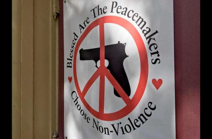 Une affiche placée aux abords d'une église de Chicago, extrait du documentaire« Etats-Unis, génération massacre» de Sebastian Bellwinkel.
