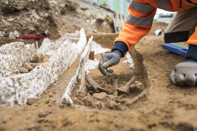 Un des sarcophages de plâtre découvert sur le chantier de fouilles archéologiques de Noisy-Le-Grand, en 2017.